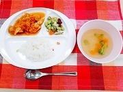 鶏肉のカルカッタ風、豆サラダ、コンソメスープ、白ご飯.jpg